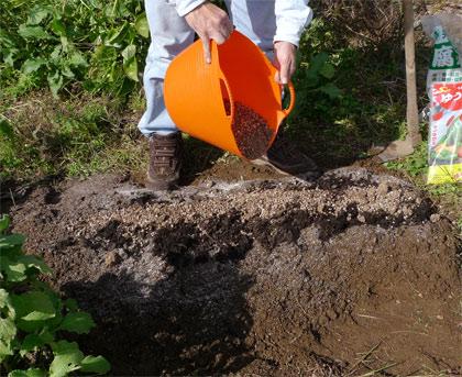微生物肥料を撒く