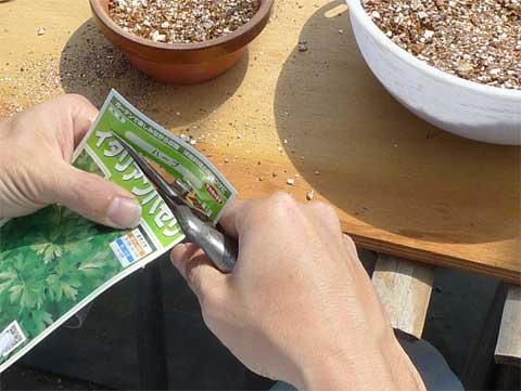 種袋を開ける