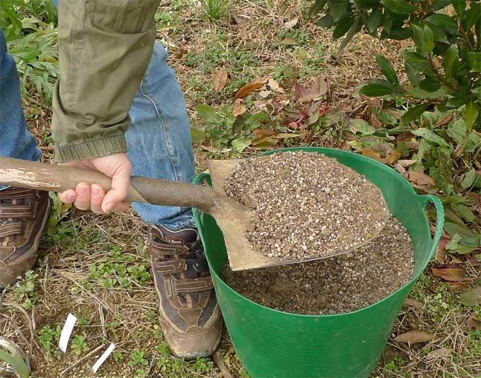 シャベル一杯の微生物肥料
